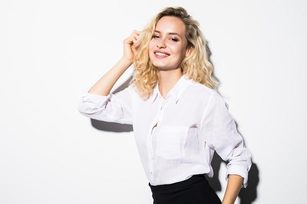웃는 비즈니스 여자, 흰 벽에 고립의 초상화