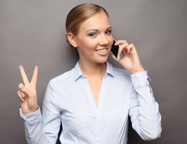 Портрет улыбающегося деловая женщина говорить и показать ок