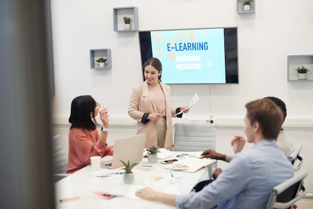 オンライン教育に関するプレゼンテーションを行う笑顔の実業家の肖像画