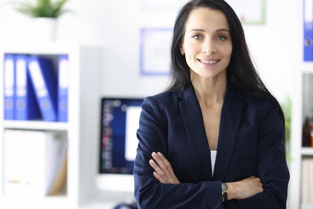 彼女のオフィスで笑顔の実業家の肖像画。ビジネスパートナーと商業提案の概念