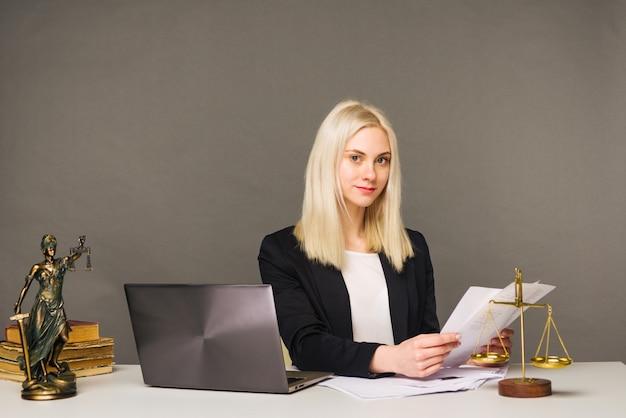 Портрет улыбающейся деловой женщины, смотрящей в камеру и улыбающейся во время работы в офисе - изображение