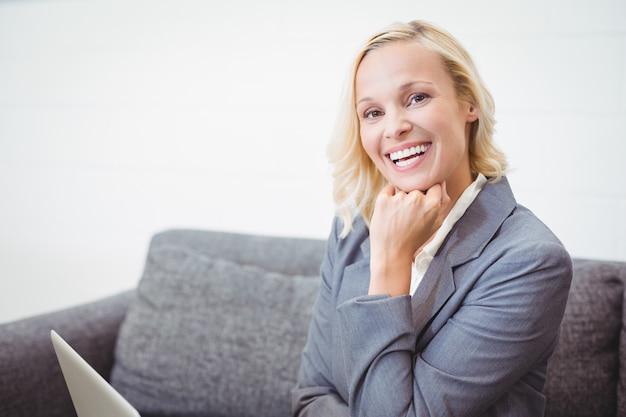 Портрет улыбающегося деловая женщина с рукой на подбородке