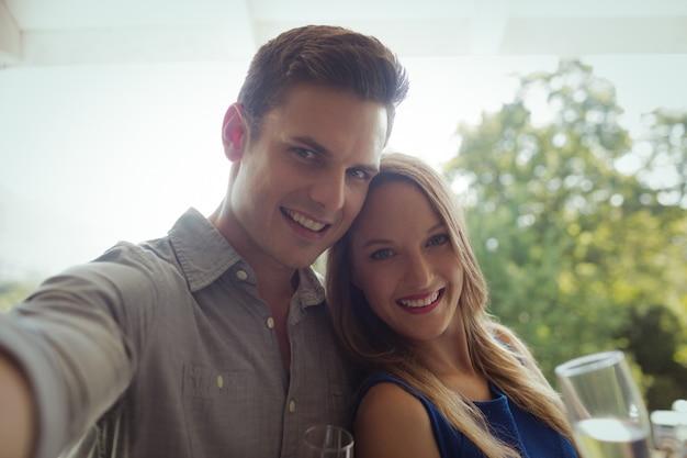 シャンパンを持っている笑顔のカップルの肖像画