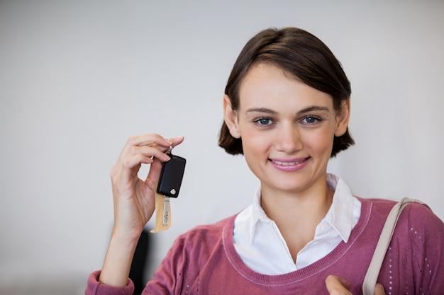 Портрет улыбающегося ключей клиентов холдинга