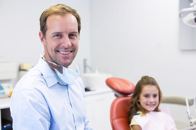 笑顔の歯科医と若い患者の肖像画