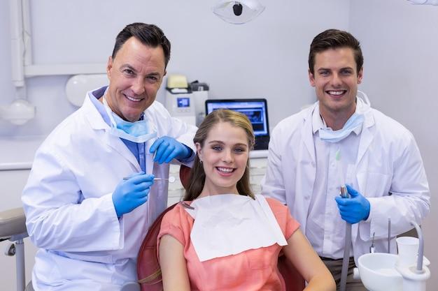 웃 고있는 치과 의사와 여성 환자의 초상화