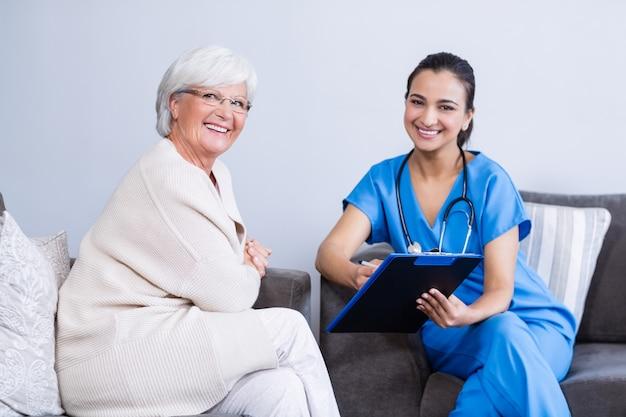 Портрет улыбающегося доктора и старшей женщины