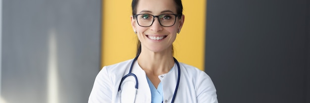 白衣を着た笑顔の医者の肖像画