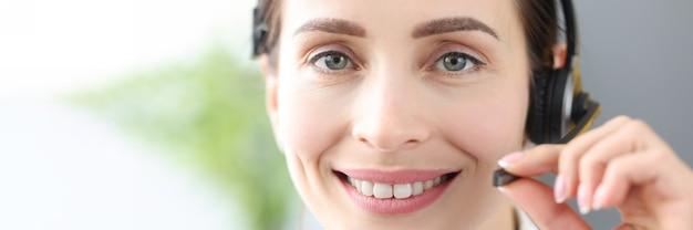 コールセンターの遠隔医療支援医師の笑顔の医師オペレーターの肖像画