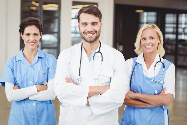 笑顔の医師と看護師の肖像