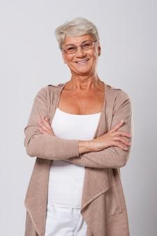 笑顔のエレガントな年配の女性の肖像画