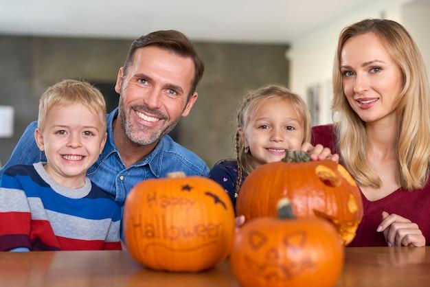 Портрет улыбающейся семьи во время хэллоуина