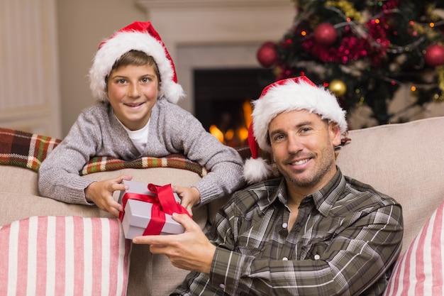 笑顔の父と息子の肖像画クリスマス
