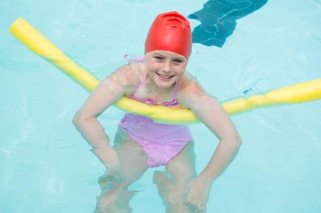 레저 센터에서 수영장에서 수영 웃는 소녀의 초상화