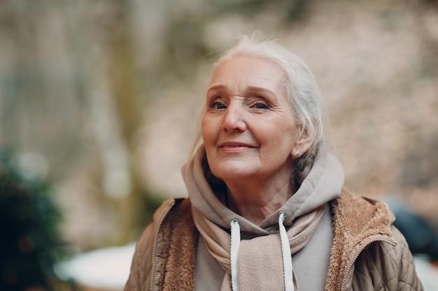 회색 머리 노인 여성 야외 미소의 초상화