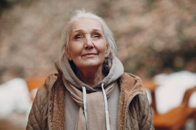 Портрет усмехаясь седой пожилой женщины напольный.
