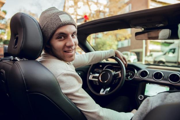 차를 운전하는 웃는 사람의 초상화