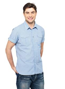青いカジュアルシャツで笑顔の幸せなハンサムな男の肖像画-白い背景で隔離