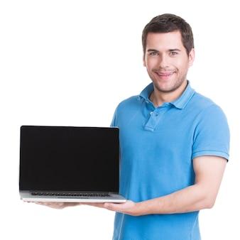笑顔の幸せな男の肖像画は、白で隔離の空白の画面でノートパソコンを保持しています。