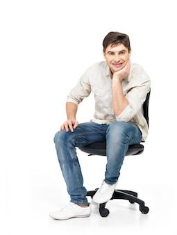 Портрет улыбающегося счастливого человека сидит на офисном стуле, изолированном на белом.