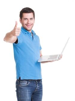 블루 셔츠에 노트북과 웃는 행복 한 남자의 초상화. 개념 커뮤니케이션.