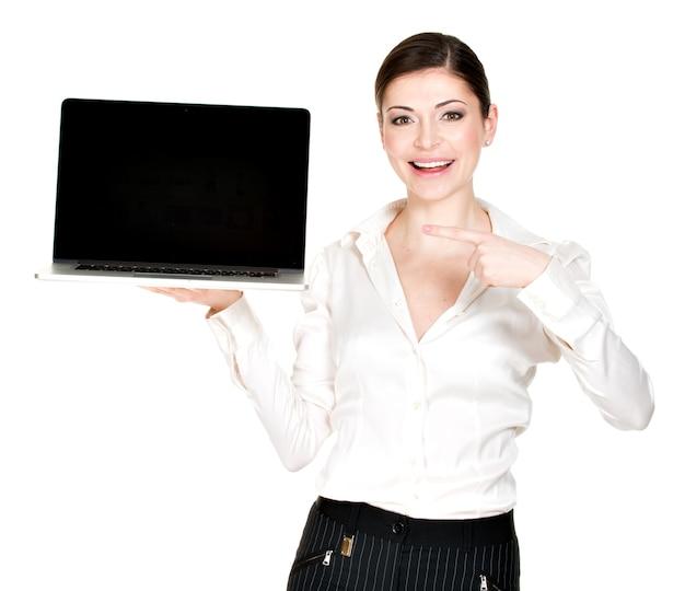 Портрет улыбающейся счастливой женщины держит ноутбук на ладони с пустым экраном - изолированным на белом. концепция коммуникации.