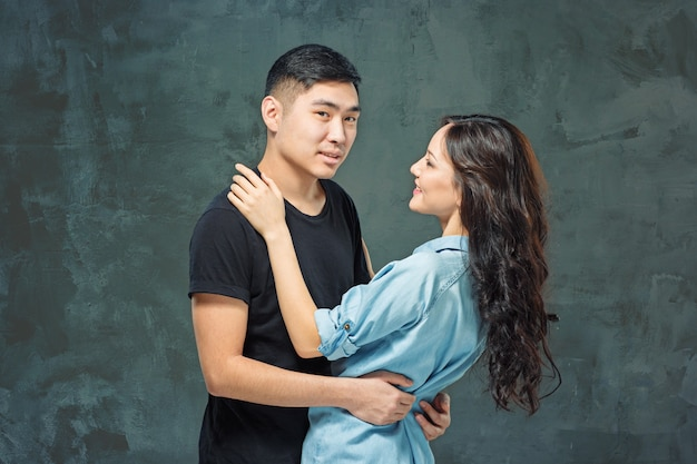 灰色の韓国のカップルを笑顔の肖像画