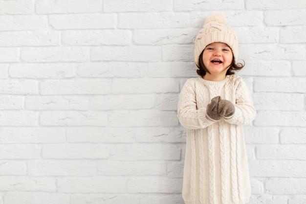 Портрет улыбающегося маленькая девочка с копией пространства