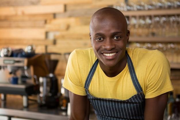 コーヒーショップで笑顔の男性バリスタの肖像画