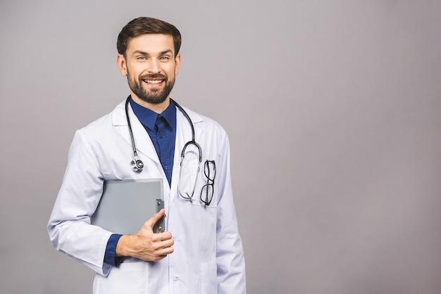 Портрет улыбающегося мужской доктор, проведение буфера обмена Premium Фотографии
