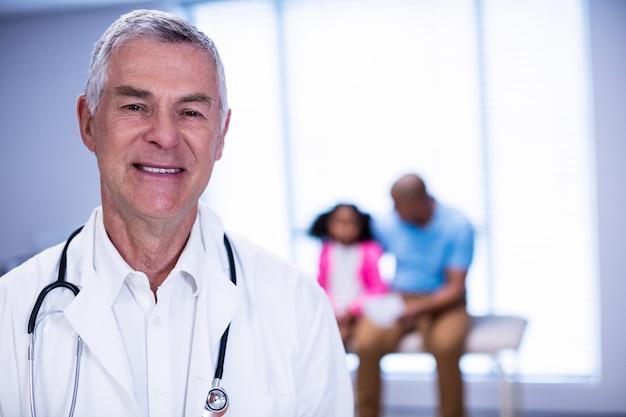 男性医師の笑顔のポートレート