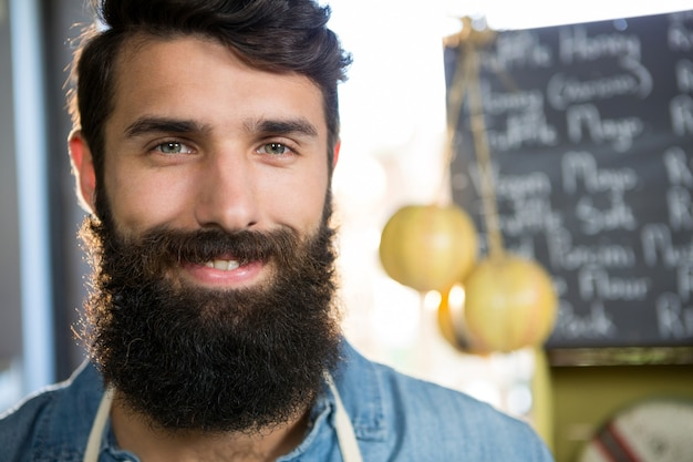 Портрет улыбающегося мужского персонала