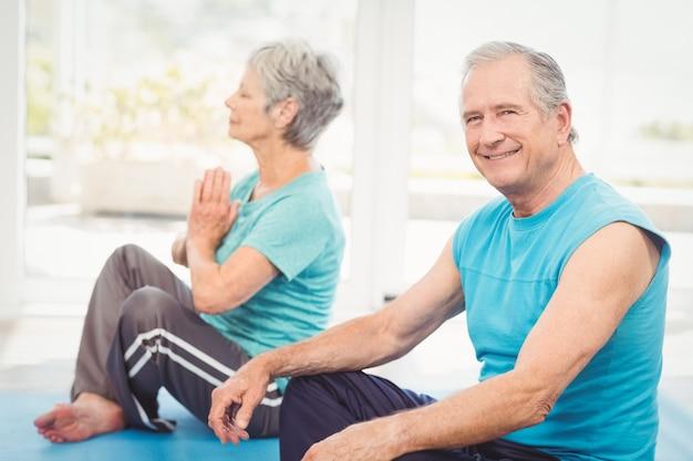 Портрет улыбающегося человека, сидящего рядом с женой