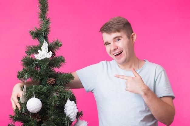 핑크에 크리스마스 트리 웃는 남자의 초상화