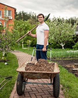 스페이드와 정원 수레 웃는 남자의 초상화