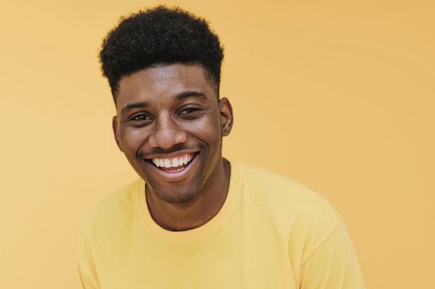 Портрет улыбающегося человека