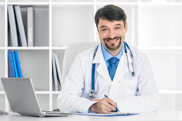 임상 사무실에서 웃는 성숙한 의사의 초상화