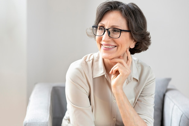 Портрет улыбающейся женщины средних лет в очках, копией пространства