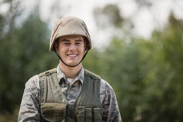 ブートキャンプで笑顔の軍兵士の肖像画