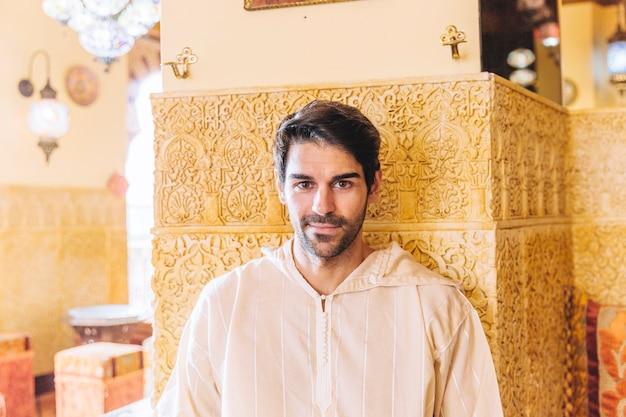 레스토랑에서 웃는 이슬람 사람의 초상화