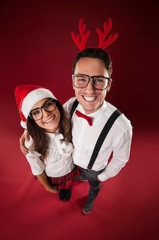クリスマスの時期に笑顔のオタクカップルの肖像画