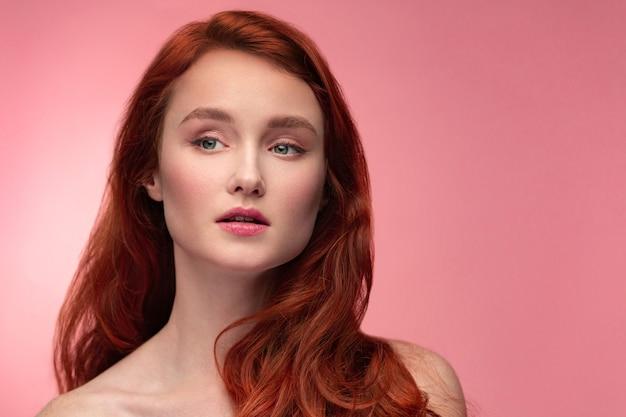 Портрет улыбающейся рыжей девушки.