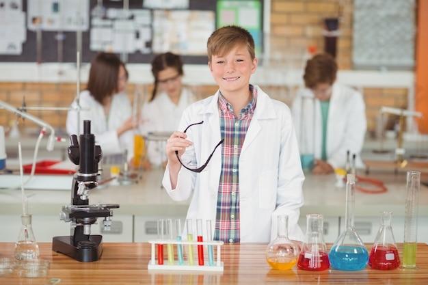 研究室で少年の笑顔のポートレート