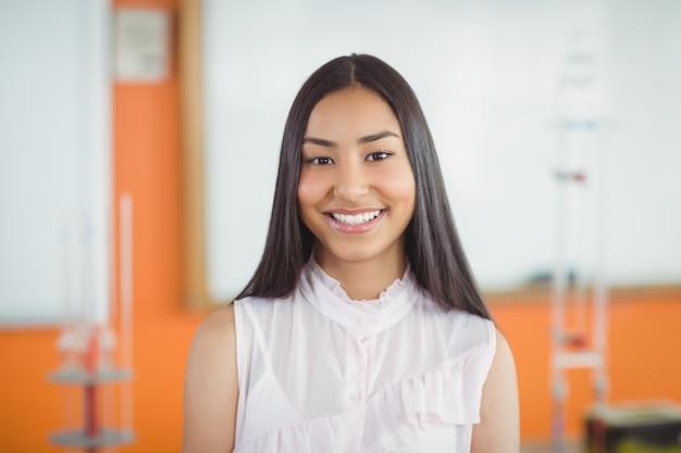 教室で女子高生を笑顔の肖像画