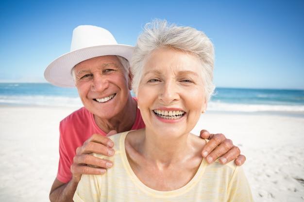 笑顔の年配のカップルの肖像画