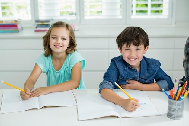Портрет улыбающихся братьев и сестер, обучающихся вместе в гостиной