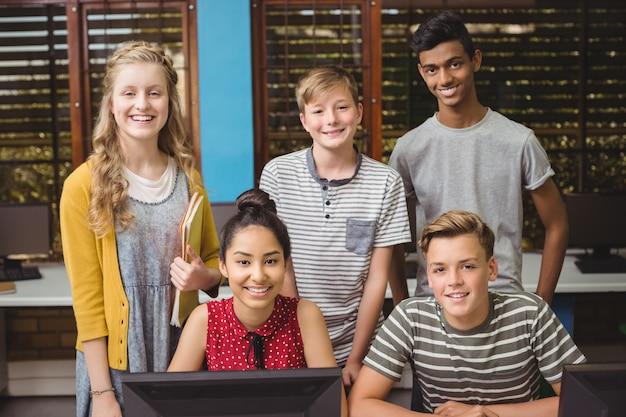 컴퓨터 교실에서 공부하는 웃는 학생의 초상화