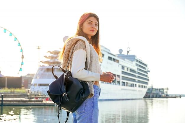 港、海辺で笑顔のスタイリッシュな女性の肖像画。ヘルシンキ。フィンランド