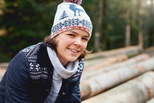 겨울에 웃는 십 대 소년의 초상화