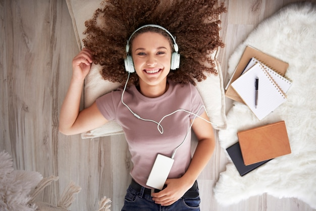음악을 듣고 웃는 십 대 소녀의 초상화